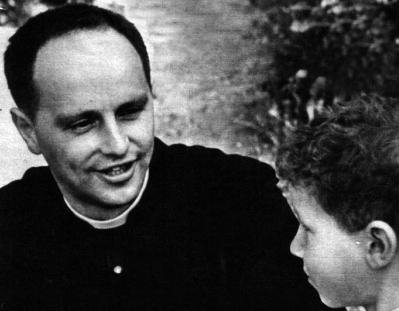 Don Lorenzo Milani insieme ad uno dei suoi alunni
